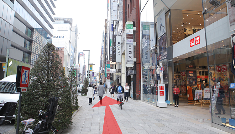 You will see UNIQLO on your right, and GINZA SIX on your left. Continue straight ahead.